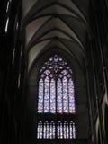 Dramatyczni łuki i witraż w Francuskiej katedrze obrazy stock