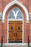 Dramatyczni dębowi drewniani kościelni drzwi Zdjęcie Royalty Free