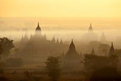 Bagan świątynie w mgle przy wschodem słońca Zdjęcie Royalty Free