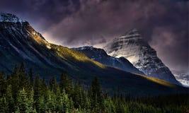 Dramatyczni nieba Nad górami fotografia royalty free