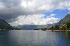 Dramatyczni nieba nad spokój wodą fotografia stock