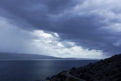 Dramatyczni nieba nad wyspa Krk Obrazy Royalty Free
