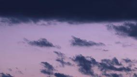 Dramatycznie zaświecać burz chmury menchie, błękit, pomarańcze zbiory