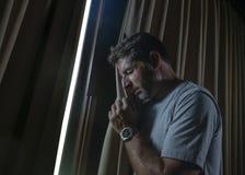 Dramatyczny światła indoors portret młody smutny, przygnębiony atrakcyjny mężczyzna patrzeje przez i i zdjęcia royalty free