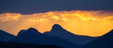 Dramatyczny żółty pomarańczowy zmierzch nad górami z burz chmurami, Lesotho, afryka poludniowa Fotografia Royalty Free