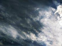Dramatyczny burzowy chmurny niebo fotografia stock