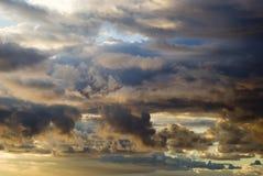 Dramatyczny burzowy niebo przed świtem Zdjęcie Royalty Free