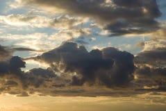 Dramatyczny burzowy niebo przed świtem Obrazy Royalty Free