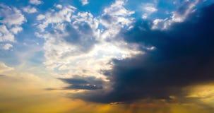 Dramatyczny burzy niebo z zmrok chmurami i jaskrawymi sunbeams zdjęcie wideo