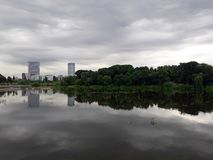 Dramatyczny chmurny niebo odbija w jeziorze nawadnia Fotografia Royalty Free