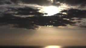 Dramatyczny chmury timelapse z silnym słońcem folował HD 1920x1080 zbiory wideo