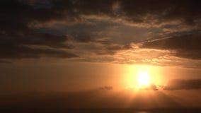 Dramatyczny chmury timelapse z silnym słońcem folował HD 1920x1080 zdjęcie wideo