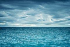 Dramatyczny ciemny chmurny niebo nad morzem zdjęcie royalty free
