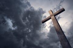 Dramatyczny cloudscape i drewniany krzyż zdjęcia royalty free