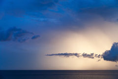 Dramatyczny cloudscape morze, lato ranku niebo Zdjęcia Royalty Free