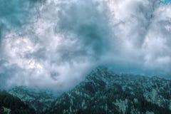 Dramatyczny cloudscape nad himalajskimi górami w Kaszmir Obrazy Stock