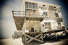 dramatyczny dom na plaży zdjęcia royalty free
