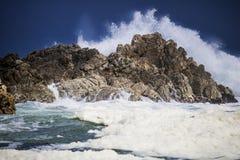 Dramatyczny duży burzowy rozbija fala pluśnięcie Kleinmond, Zachodni przylądek, Południowa Afryka zdjęcie stock