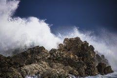 Dramatyczny duży burzowy rozbija fala pluśnięcie Kleinmond, Zachodni przylądek, Południowa Afryka fotografia royalty free