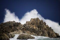 Dramatyczny duży burzowy rozbija fala pluśnięcie Kleinmond, Zachodni przylądek, Południowa Afryka obrazy stock