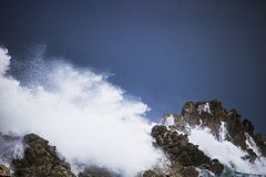Dramatyczny duży burzowy rozbija fala pluśnięcie Kleinmond, Zachodni przylądek, Południowa Afryka zdjęcia royalty free