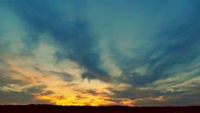 Dramatyczny kłębić się chmurnieje przy zmierzchu niebem przy zmierzchem zbiory