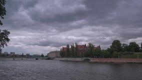 Dramatyczny lata time lapse widok Chmurna Odry rzeka zbiory