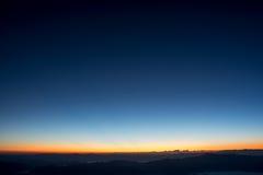 Dramatyczny mroczny zmierzch i wschodu słońca niebo nad górą i mgłą Zdjęcia Royalty Free