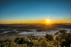 Dramatyczny mroczny zmierzch i wschodu słońca niebo nad górą i mgłą Fotografia Stock
