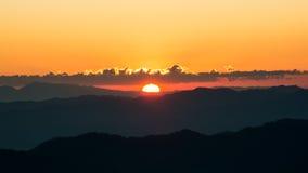 Dramatyczny mroczny zmierzch i wschodu słońca niebo nad halną warstwą Obraz Stock