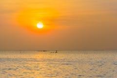 Dramatyczny mroczny zmierzch i wschodu słońca niebo przy morzem Obraz Stock