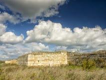 Dramatyczny niebieskie niebo z bielem chmurnieje nad ruinami starożytny grek kolonia Histria, na brzeg Czarny morze Histria jest Zdjęcia Royalty Free
