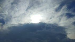 Dramatyczny niebieskie niebo z ciemnymi chmurami Fotografia Royalty Free