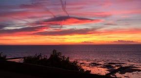 Dramatyczny niebo i morze przed wschodem słońca Fotografia Stock