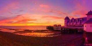 Dramatyczny niebo i Penarth molo przed wschód słońca panoramą Obrazy Stock