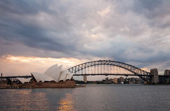 Dramatyczny niebo i Sydney opera przy półmrokiem fotografia royalty free