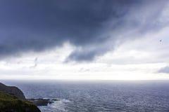 Dramatyczny niebo nad Atlantyckim oceanu wybrze?em blisko Sao Miguel wyspy, Azores, Portugalia obraz royalty free