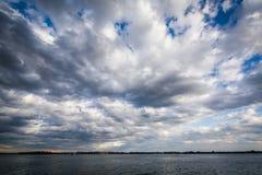 Dramatyczny niebo nad Jeziornym Ontario, widzieć od Harbourfront w T, Fotografia Stock