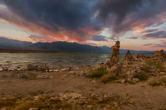Dramatyczny niebo nad Mono jeziorem Zdjęcie Royalty Free