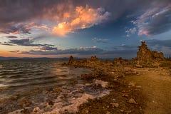 Dramatyczny niebo nad Mono jeziorem Obrazy Stock