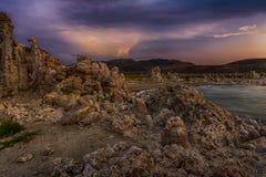 Dramatyczny niebo nad Mono jeziorem Zdjęcia Stock