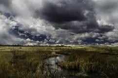 Dramatyczny niebo nad strumieniem Zdjęcie Royalty Free
