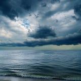 Dramatyczny niebo nad wodą Zdjęcia Stock
