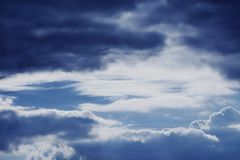 Dramatyczny niebo z burzowymi chmurami obraz royalty free