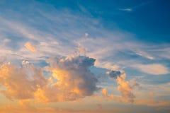 Dramatyczny niebo z burzowymi chmurami przy zmierzchem fotografia stock