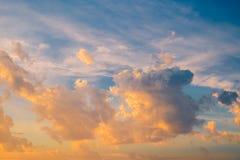 Dramatyczny niebo z burzowymi chmurami przy zmierzchem fotografia royalty free