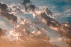 Dramatyczny niebo z burzowymi chmurami przy zmierzchem zdjęcia royalty free
