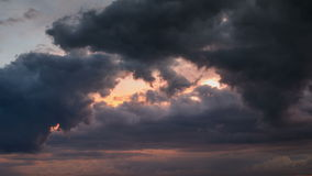 Dramatyczny niebo z burzowymi chmurami rusza się szybko, czasu upływ zbiory