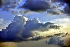 Dramatyczny niebo z chmurami i s?o?cem zdjęcia stock