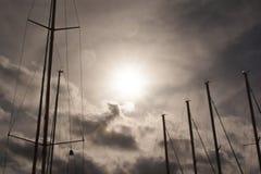 Dramatyczny niebo z masztami Fotografia Stock